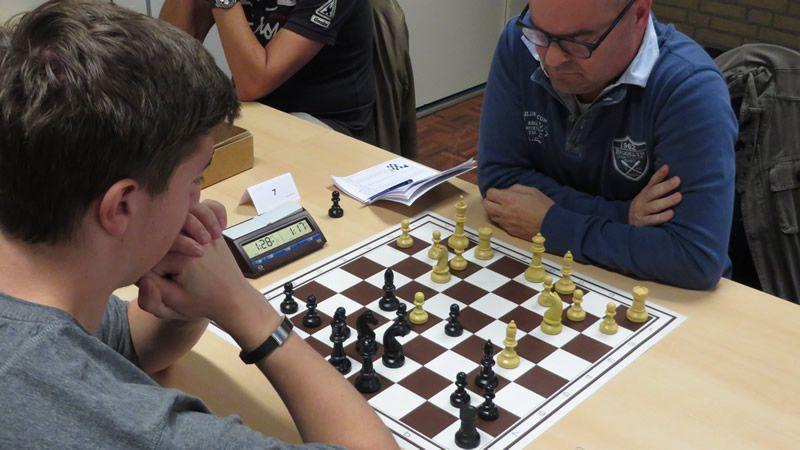 Wil heeft zijn huisvariantje op het bord, maar nu wist hij niet meer hoe het verder moest. Het blijkt dat Pf-d4 hier een leuk plusje voor wit oplevert.