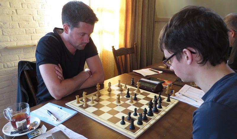 Toen de andere partijen al bijna in de fase van het eindspel waren, hadden Martien en Guus nog maar een paar zetten gedaan.