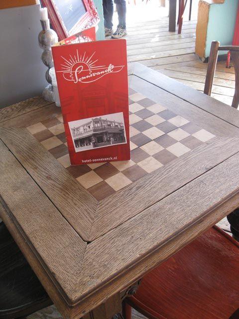 Sonnevanck te Wijk aan Zee, een prachtig antiek schaaktafeltje!!!