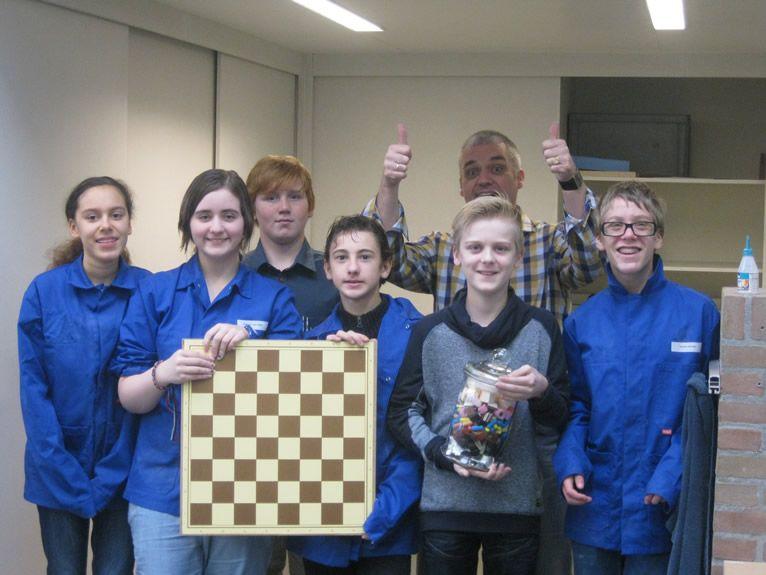 De leerlingen van Afdeling PRO van links naar rechts: Ellerosa, Chelsey, Tjeu, Julian, Ryan, Djordy en met de duimen omhoog schaakridder Van Driel.