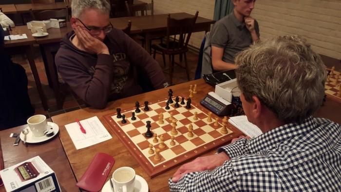 Joop en Hans speelden een rapidpartij welke ontzettend spannend was! Misschien wel de spannendste van de avond. In verloren stelling, maar met 1 sec op de klok voor zijn tegenstander, bood Hans sportief remise aan :-)