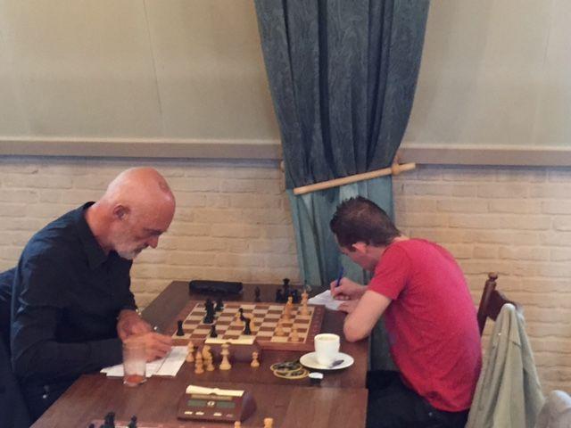 Roy (rechts) wint bijna alles in de externe competities bij Dubbelschaak!