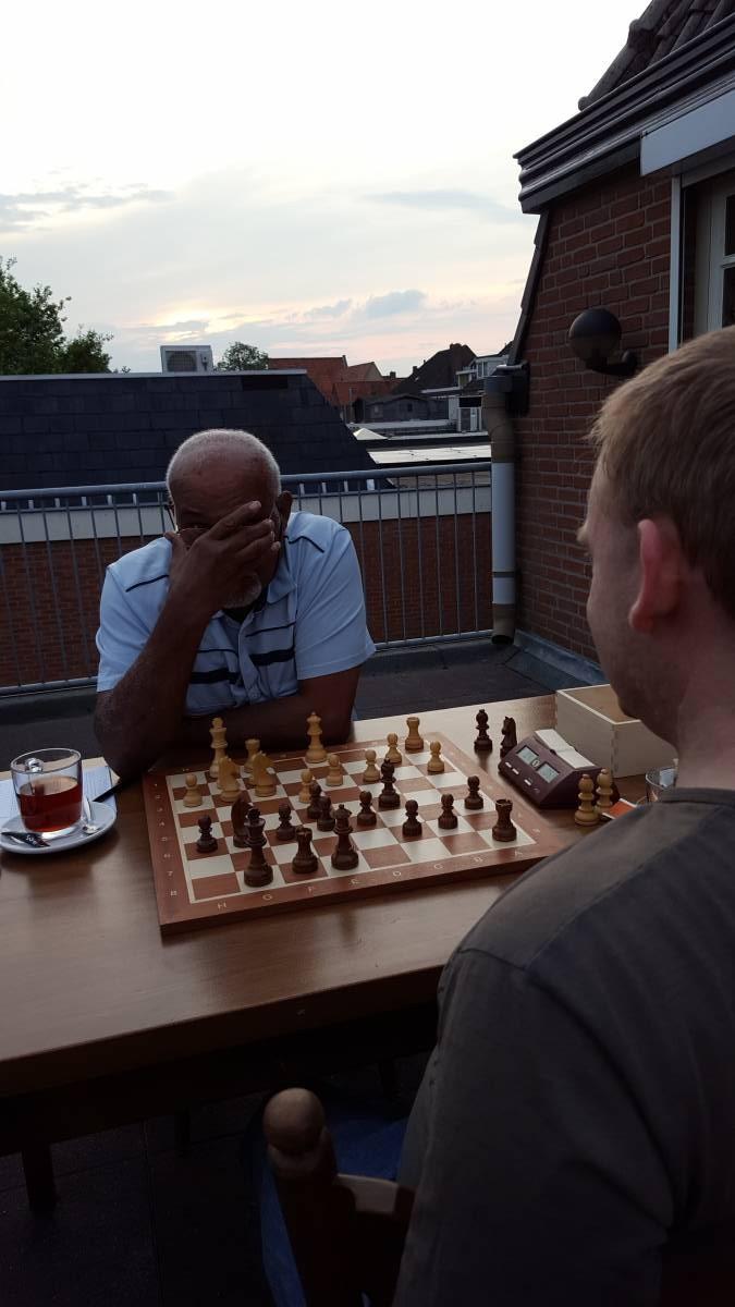 Winston en Gregor gingen lekker buiten op het dakterras schaken... Ik weet eigenlijk niet zeker meer wie er won, maar ik meen dat Winston revanche wist te nemen voor een nederlaag niet veel eerder dit seizoen.