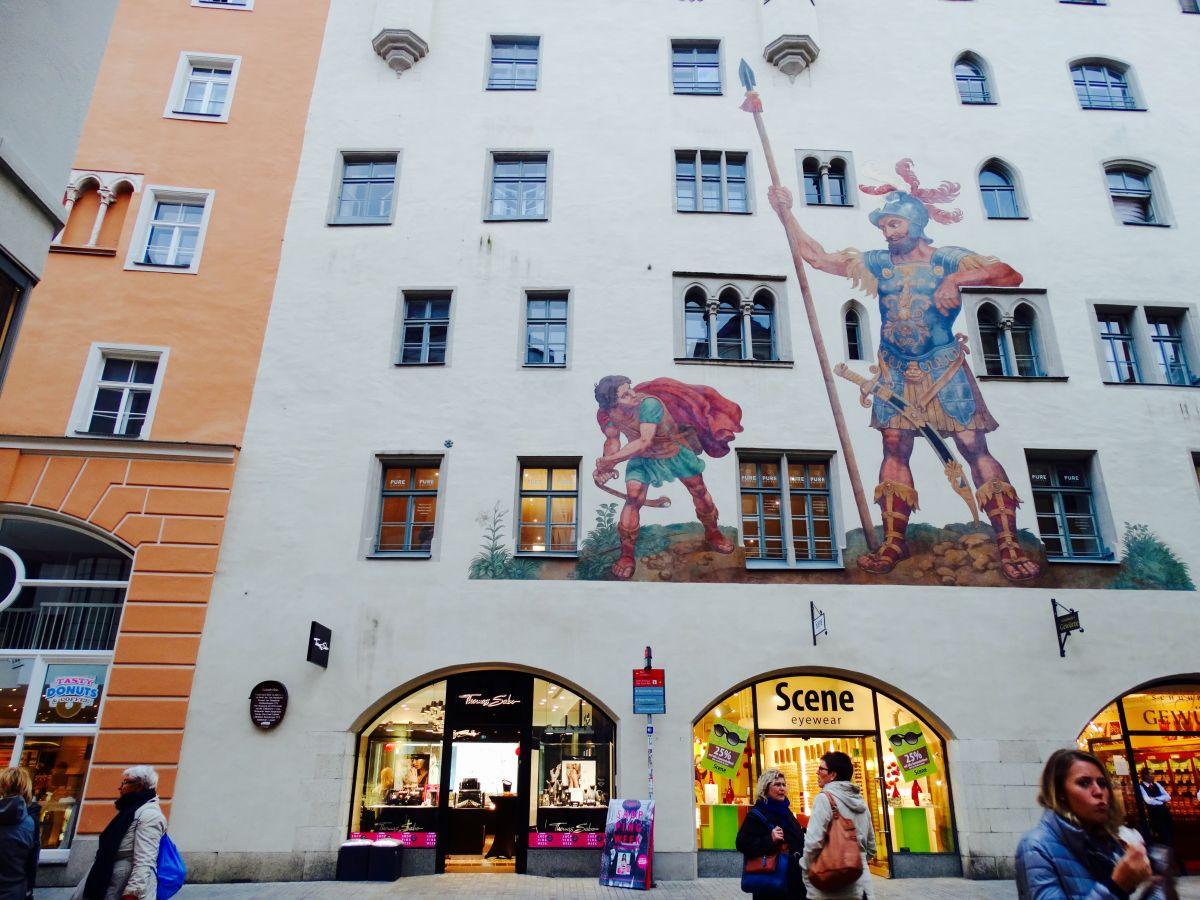 Strijd….. (David - Goliath, muur Regensburg)